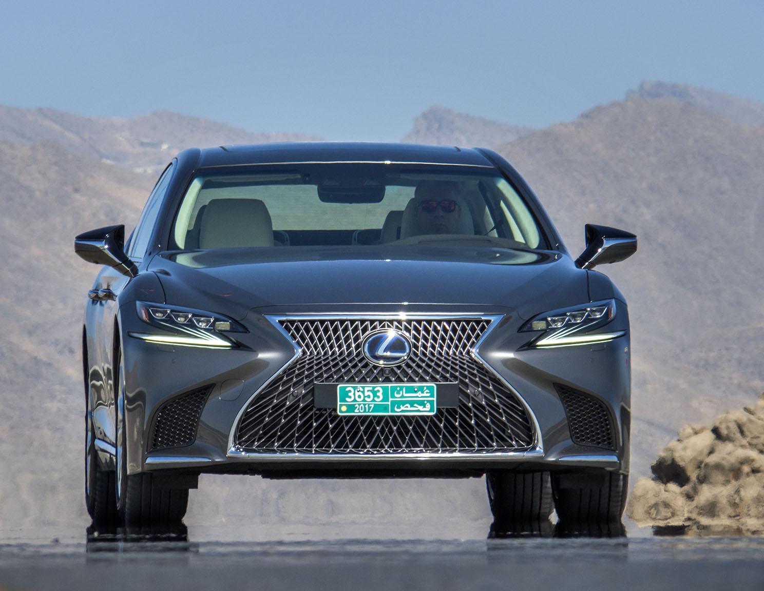 Kort sagt. Det mesta i Lexus LS 500h handlar om design, stil materialval och varumärkesbyggande. Det är just därför jag är övertygad om att den som väljer Orrefors glas, Riva-båtarna eller Bang & Olufsens musikanläggningar också överväger en Lexus LS 500h.